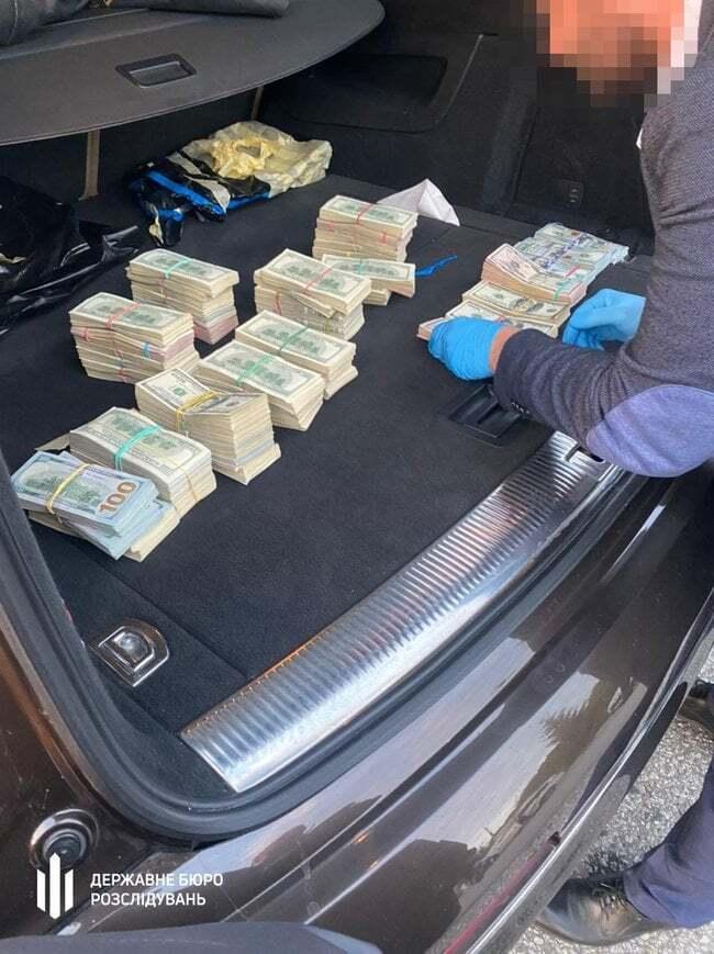 Деньги в машине таможенника