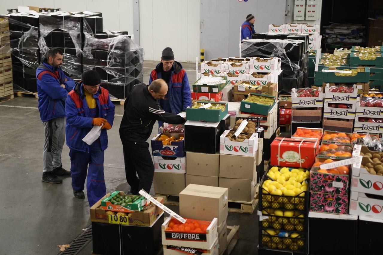 Сотни людей ежедневно приезжали на рынок за продуктами.
