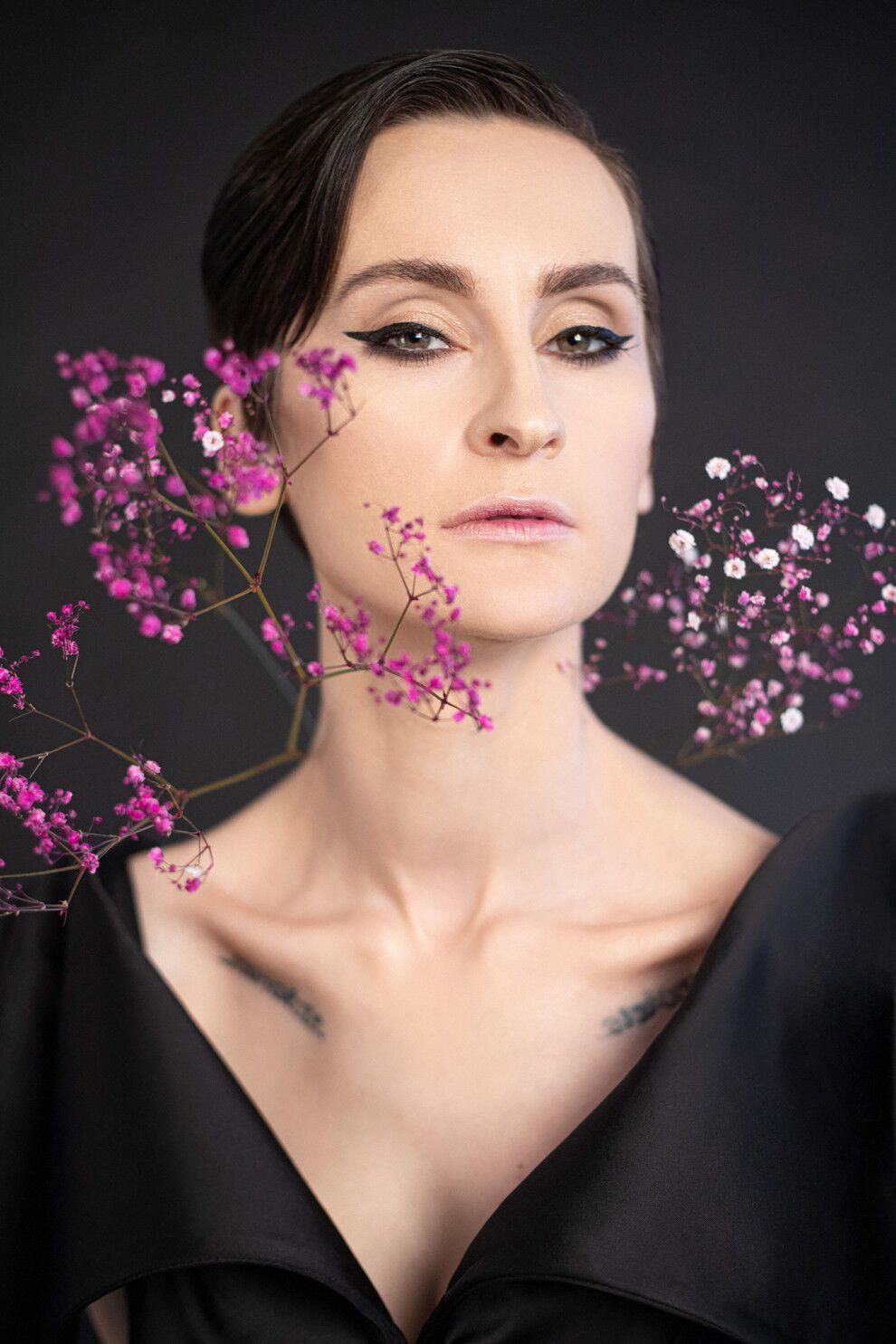 Павленко приміряла жіночний образ у чорній сукні і з квітами