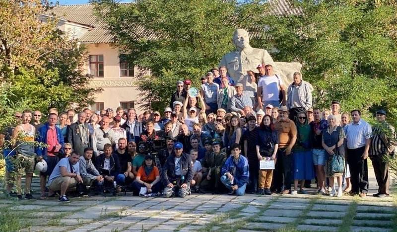 Знімальна група сфотографувалася на тлі Леніна