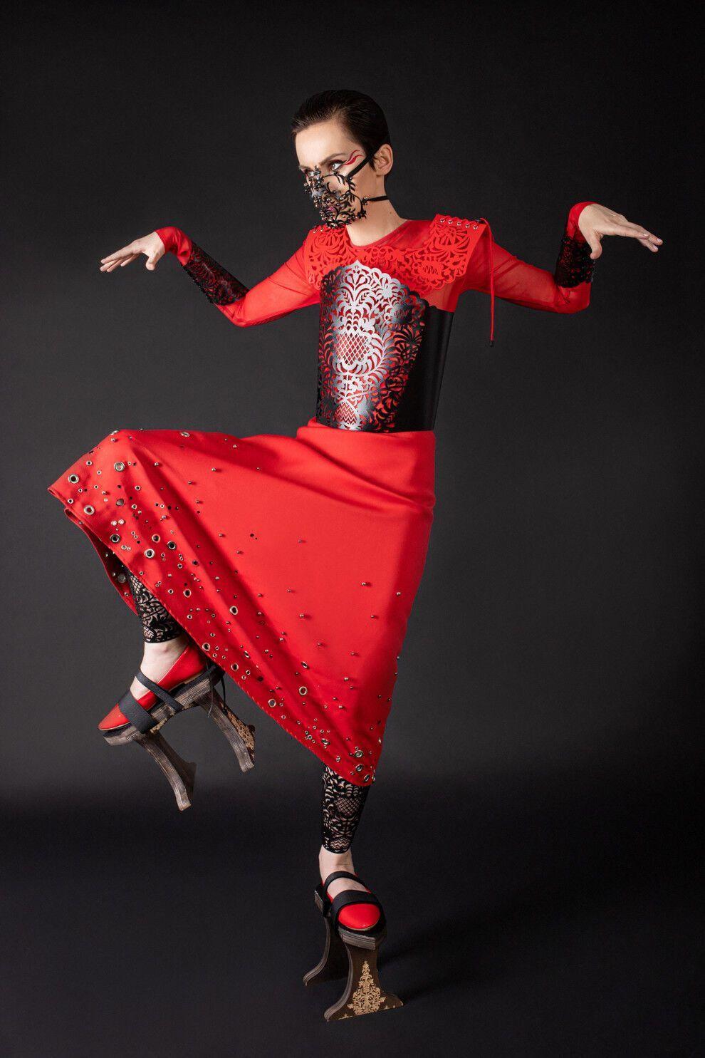Павленко приміряла довгу червону сукню з прикрасами на спідниці, чорним ажурним корсетом і маску