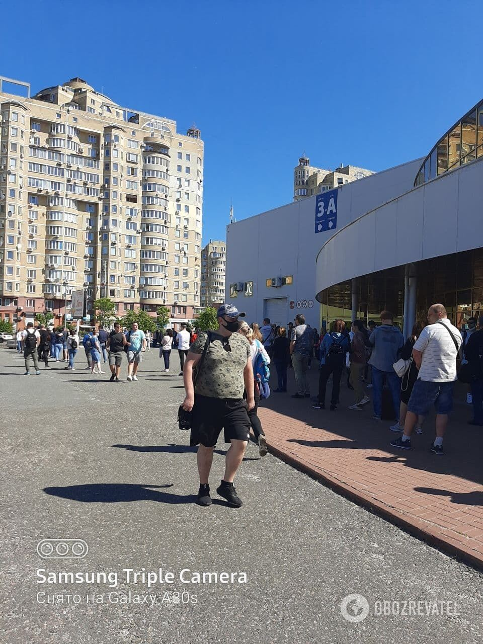 Під київським Центром вакцинації зібралося багато людей