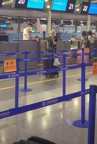 Дівчина спочатку закурила біля стійки реєстрації на рейс