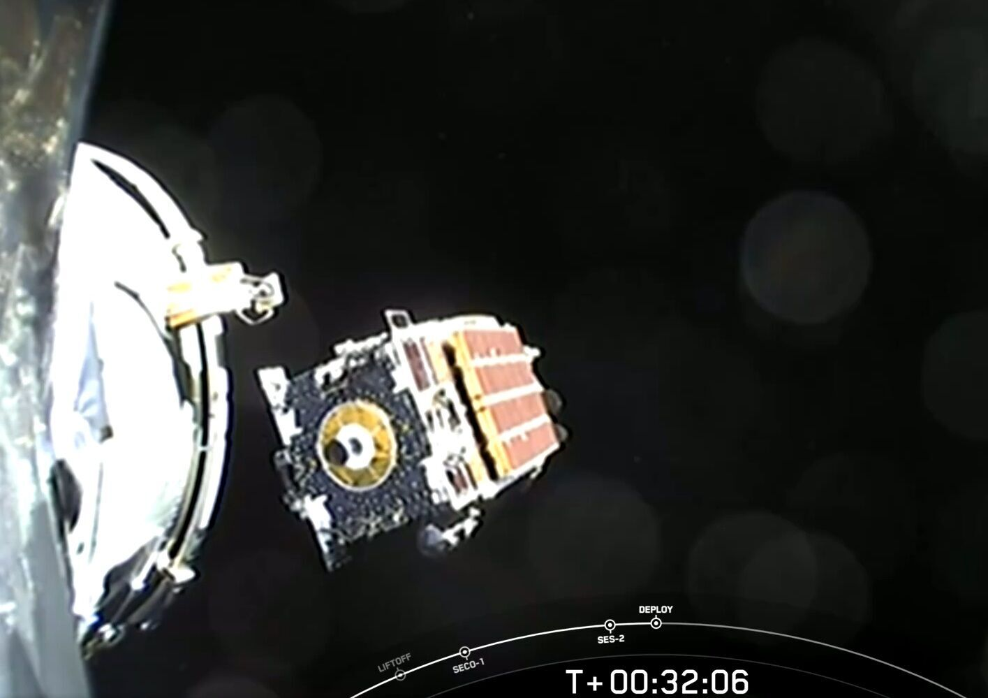 Спутник вышел на орбиту Земли.