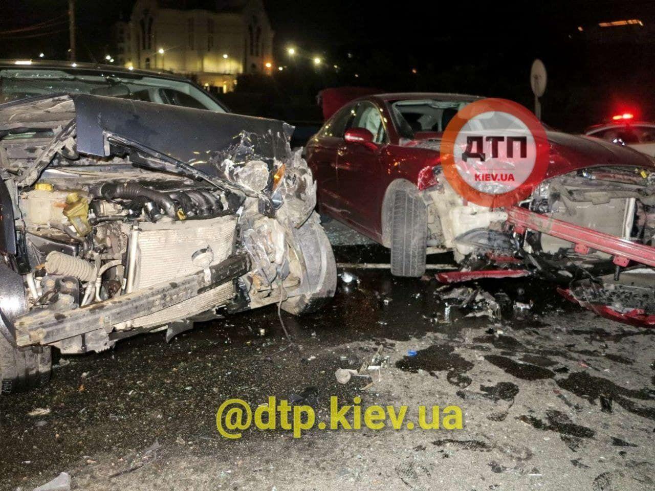 У ДТП постраждали двоє людей.