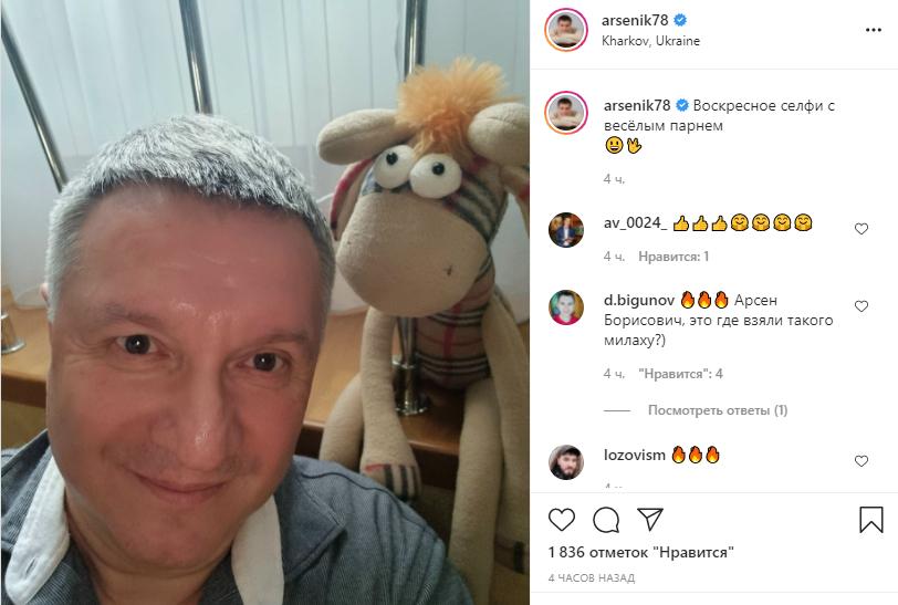 Министр ВД сделал селфи с игрушкой.