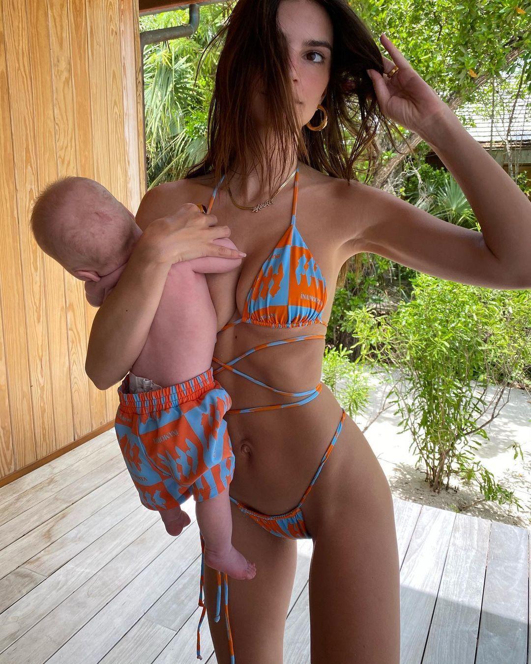 Ратаковскі в яскравому образі з малюком на руках