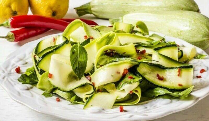 Салат зі свіжих кабачків