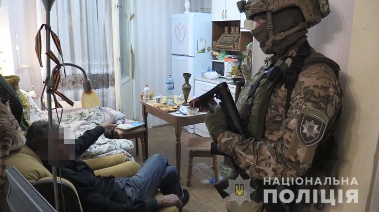 У Києві чоловік, погрожуючи ножем, захопив у заручники жінку.