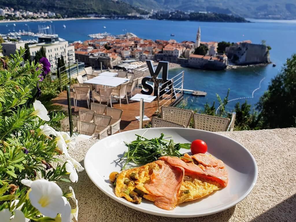 Практически в любом городе Черногории находится множество уютных ресторанчиков