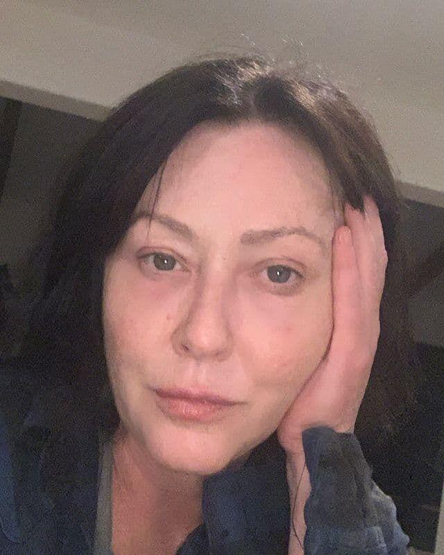 Доэрти позировала на камеру в темном наряде, а на ее лице не было ни грамма косметики