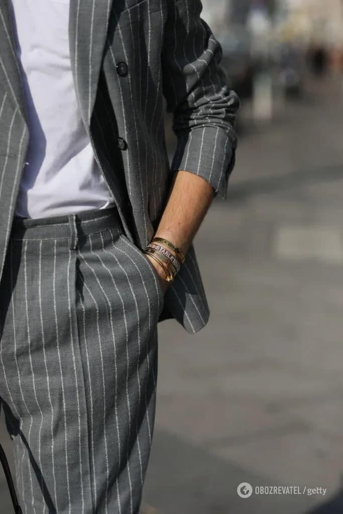 Також влітку 2021 чоловіки можуть носити стильні сірі костюми з льону