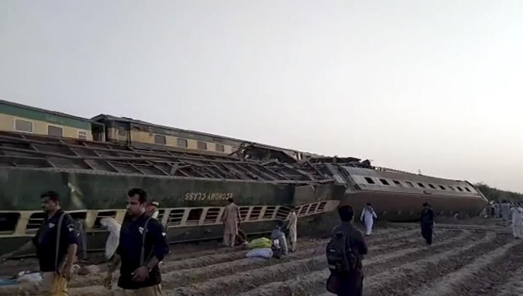 Поїзд зійшов із рейок.