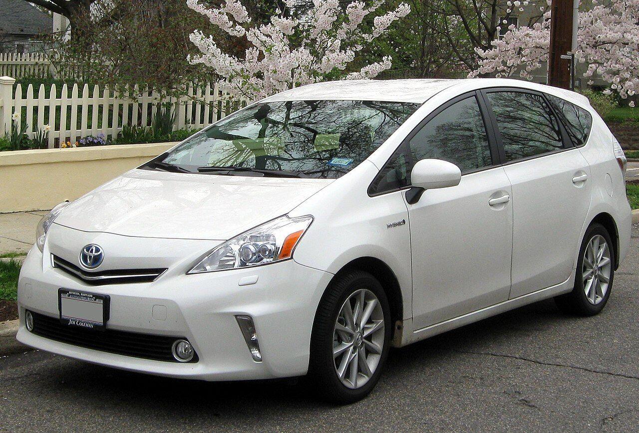Экономная и просторная внутри Toyota Prius