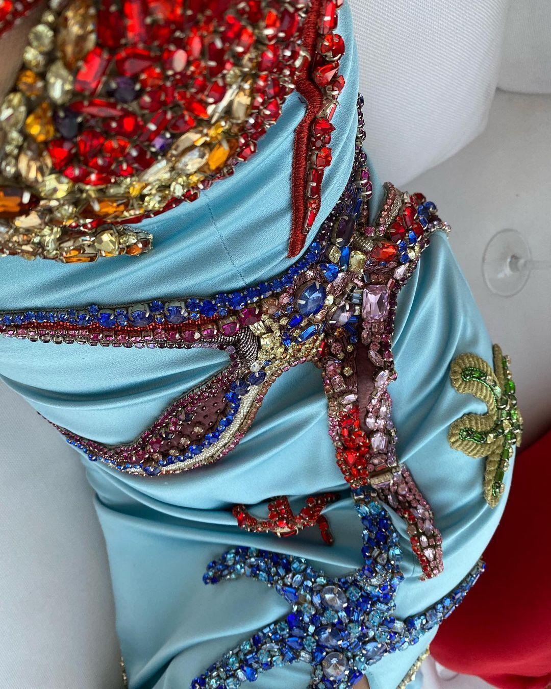 Сукня була розшита різнокольоровими каменями