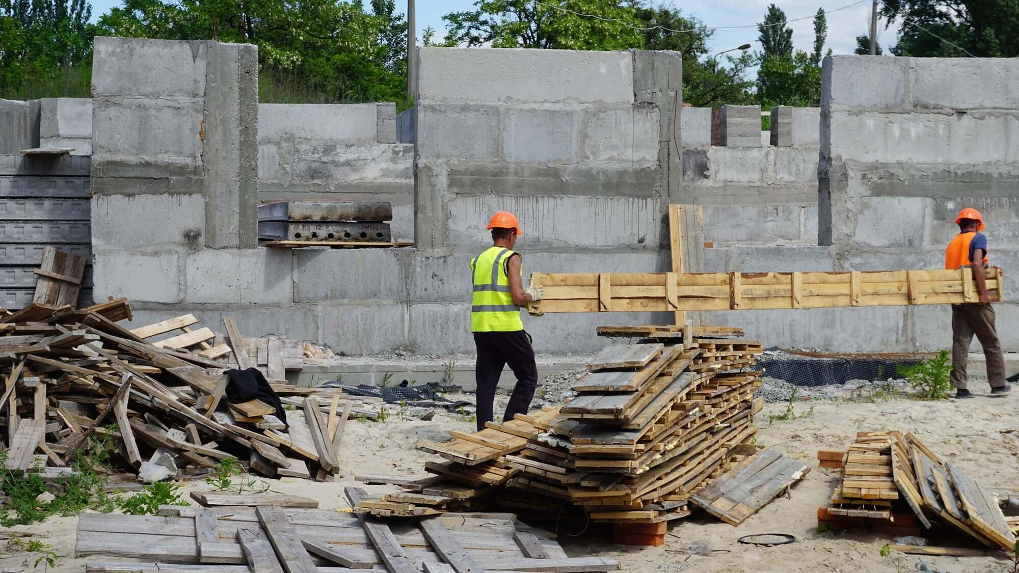 Вже готовий фундамент для всіх будівель.