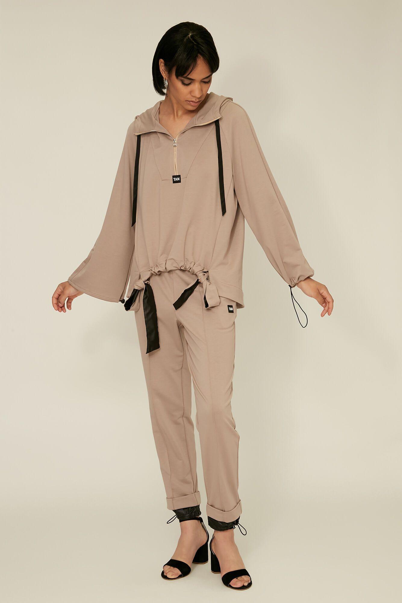 Поєднувати цей спортивний костюм можна зі зручною сумкою-авоською