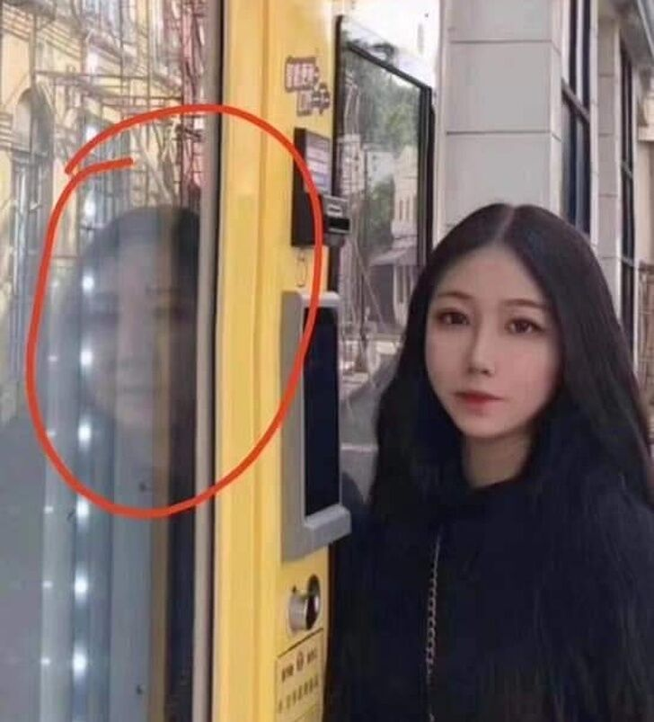 Дівчина підібрала невдалий фон для фото