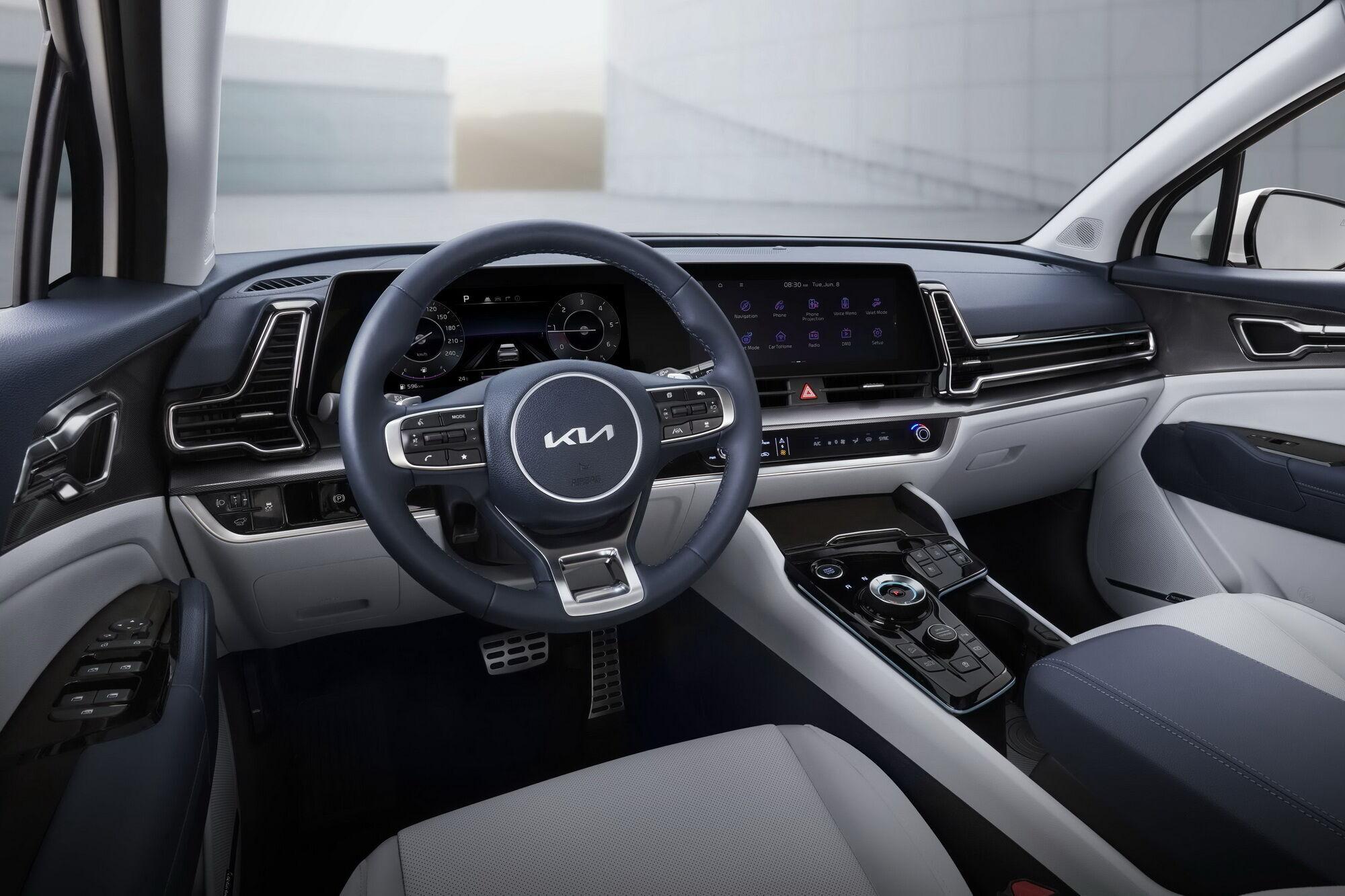 Перед водителем располагается цифровой кокпит с двумя 12,3-дюймовыми дисплеями