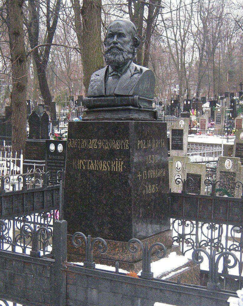 Надгробный памятник до акта вандализма.