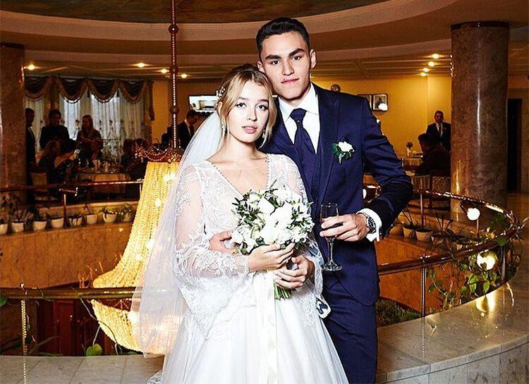Син артиста зі своєю дружиною.