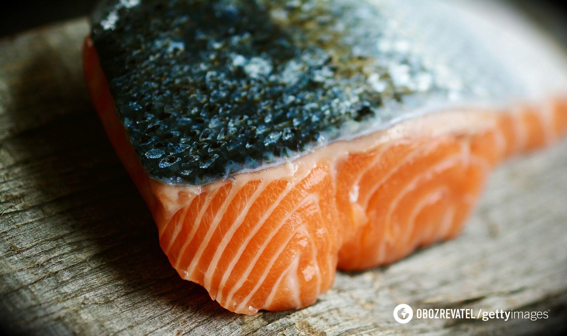Рыбу для стейков лучше порезать, когда она не до конца растаяла