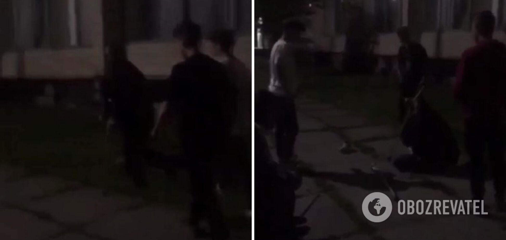 Підлітки вибили в чоловіка з інвалідністю милиці й побили його
