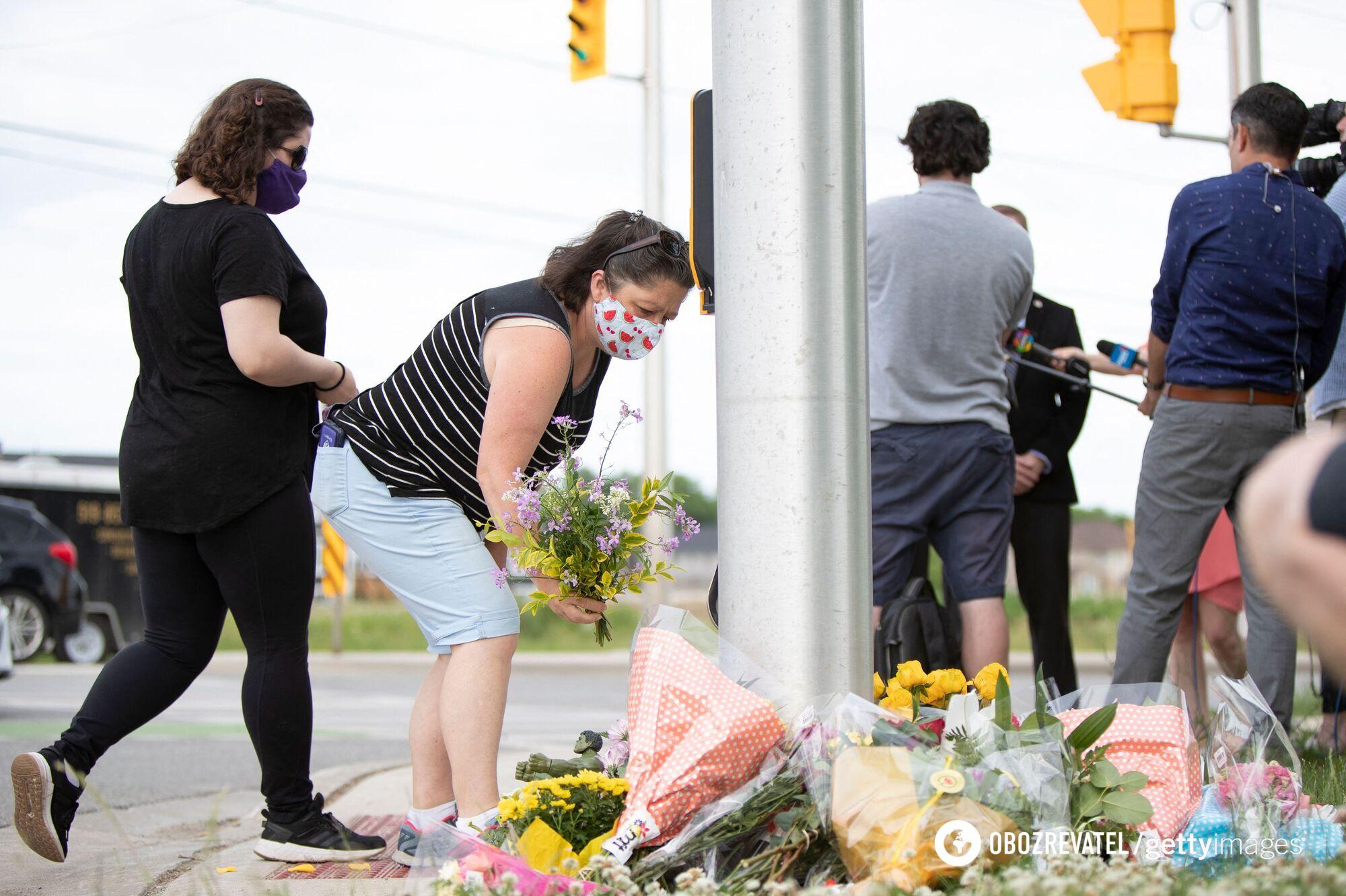 Люди несуть квіти до місця трагедії