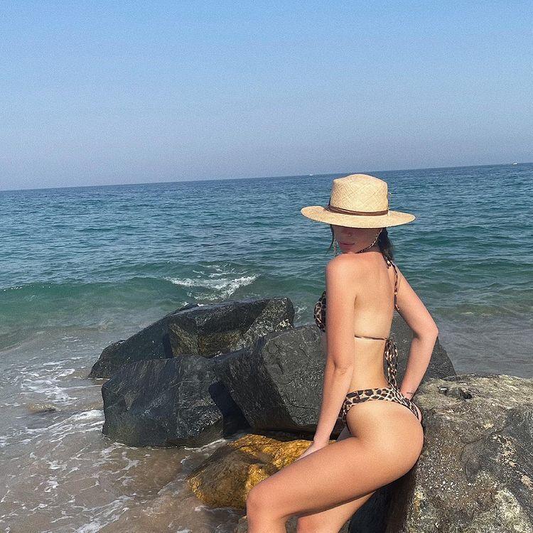 Анастасия Гладун возле камней