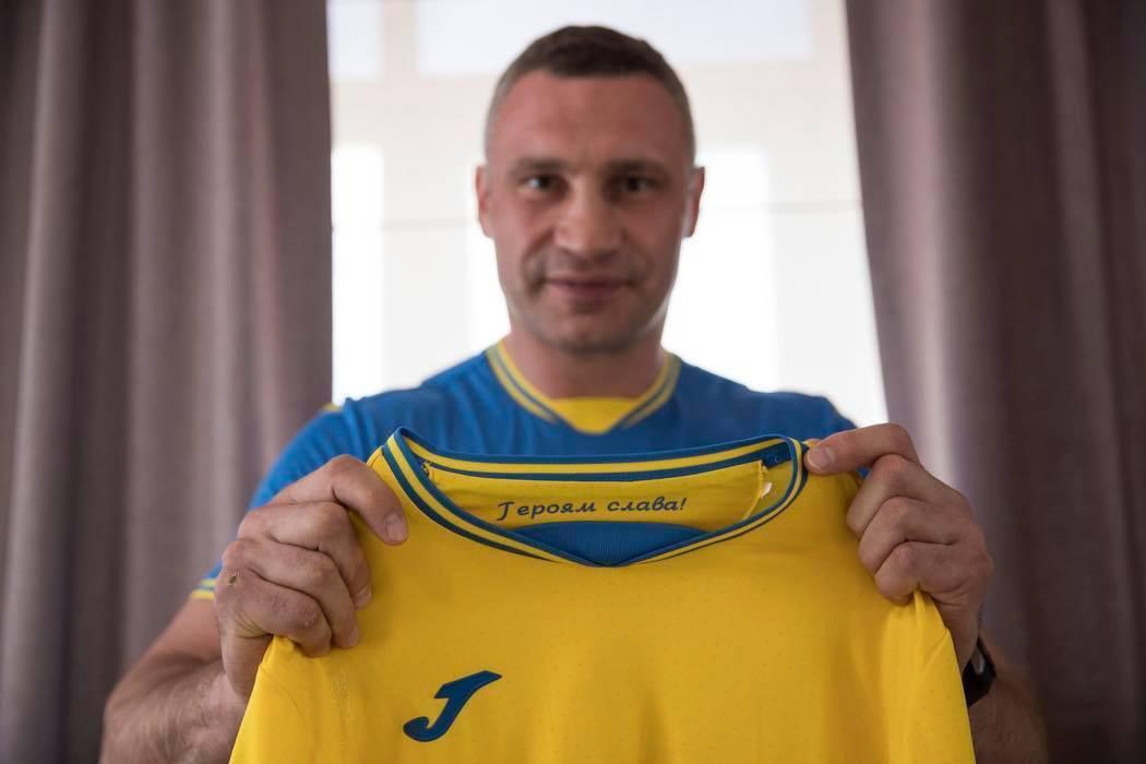 Віталій Кличко з новою формою збірної України.