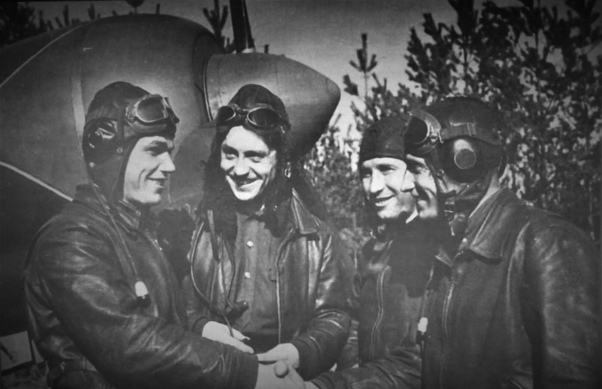 Іван Кожедуб з бойовими товаришами біля Ла-7