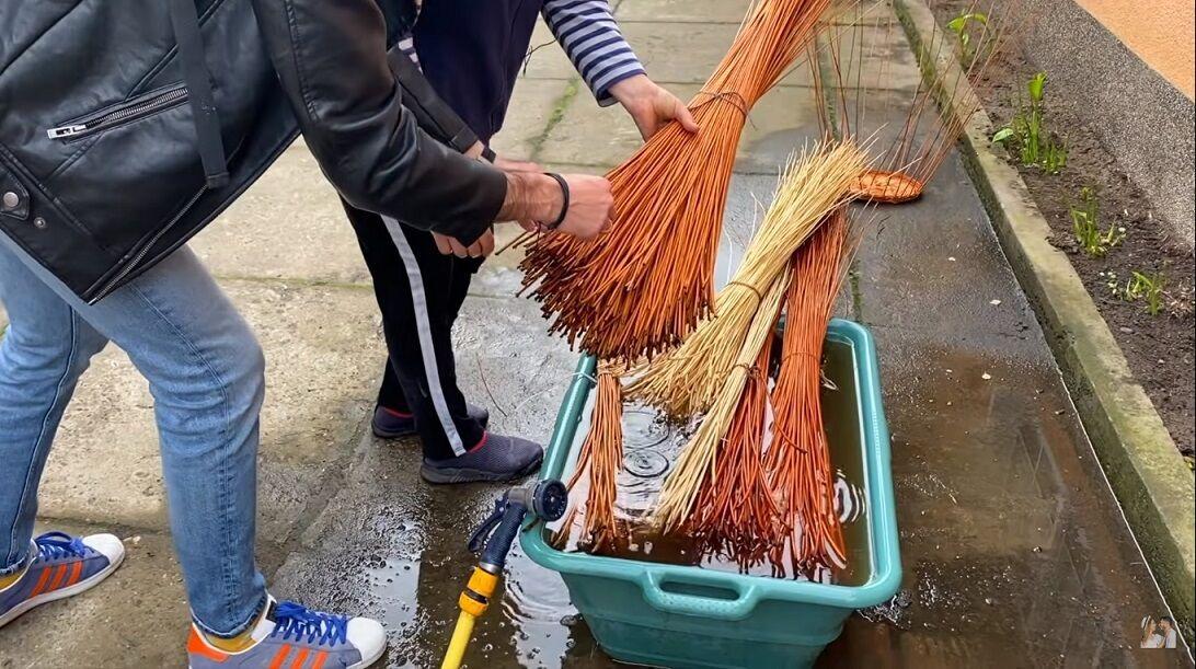 В Ізі майже всі жителі плетуть із лози