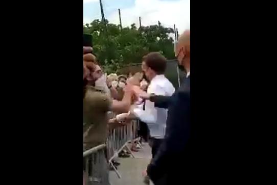 Макрона ударили по лицу