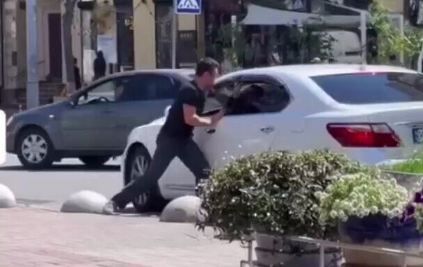 В центре Киева водитель Lexus ударил ножом эвакуаторщика.