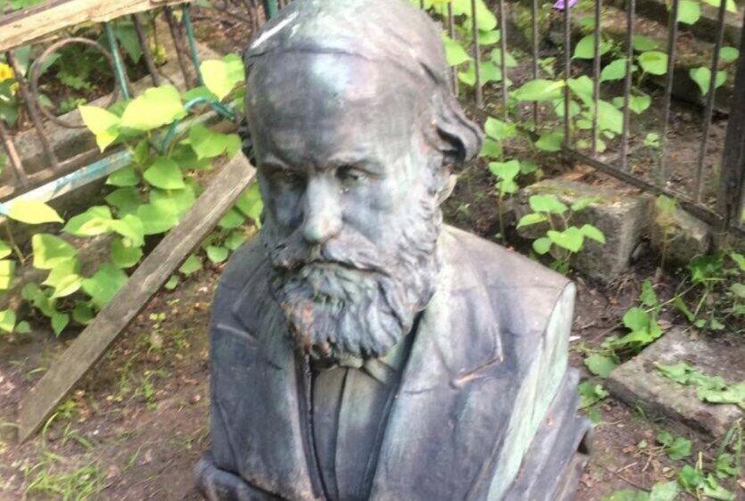 Вандалы пытались вынести бюст ученого с кладбища.