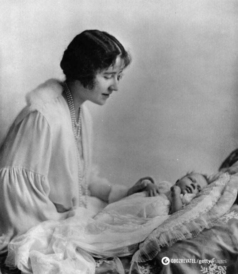 Елизавета Боуз-Лайон с принцессой Елизаветой, май 1926 год