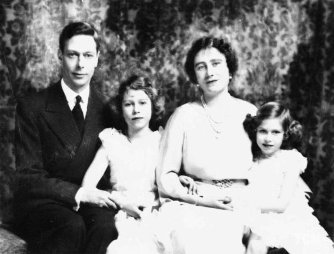 Елизавета Боуз-Лайон с дочерьми и мужем