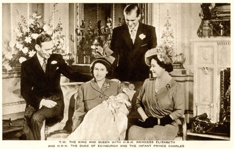 Фото Елизаветы II с малышом Чарльзом на руках было сделано после того, как ему исполнился месяц