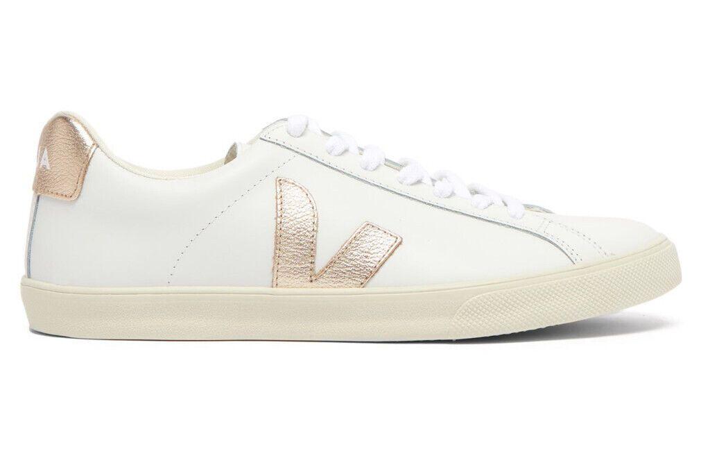 Як виглядають білі стильні кеди від бренду Veja