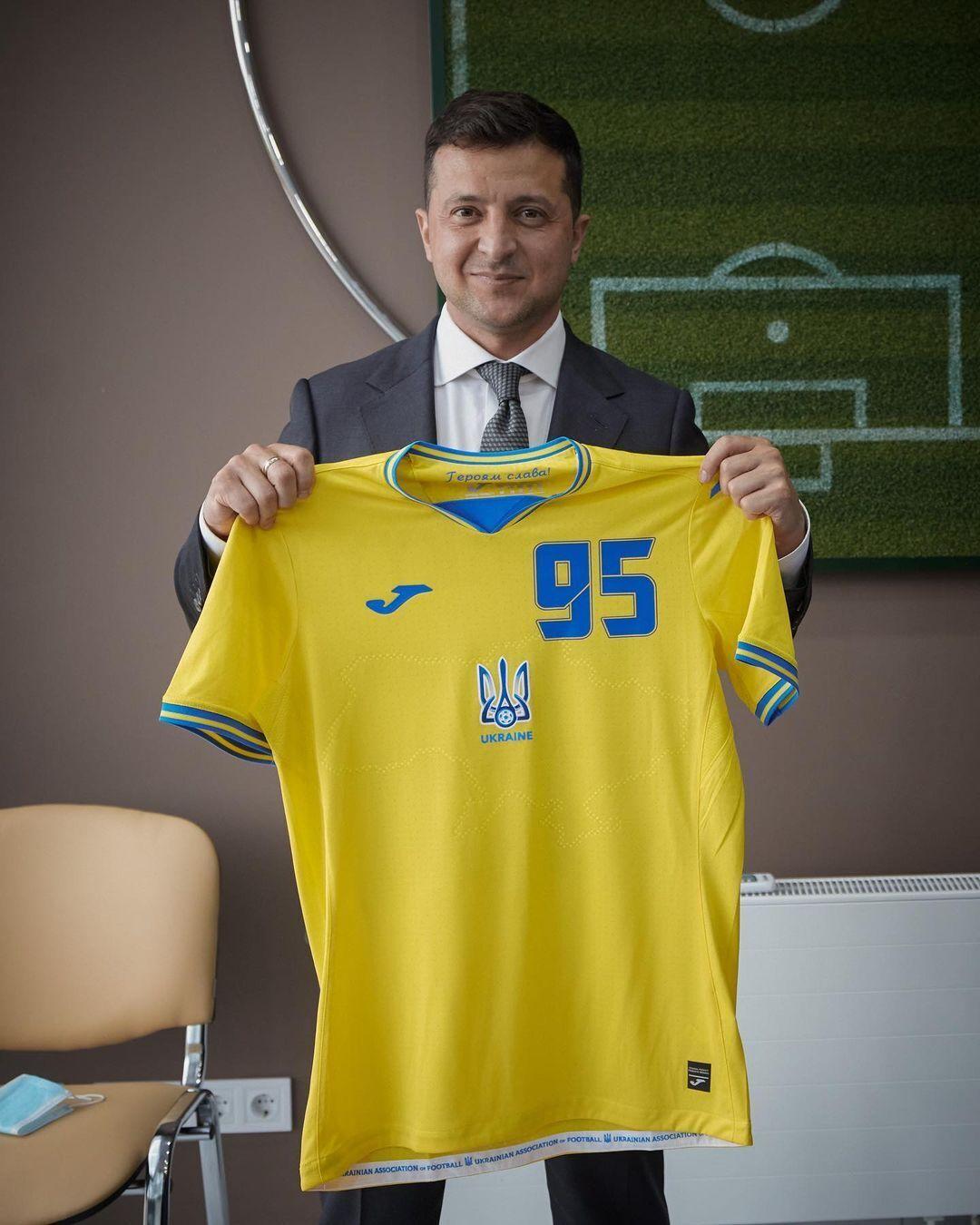 Владимир Зеленский сфотографировался с новой формой сборной Украины