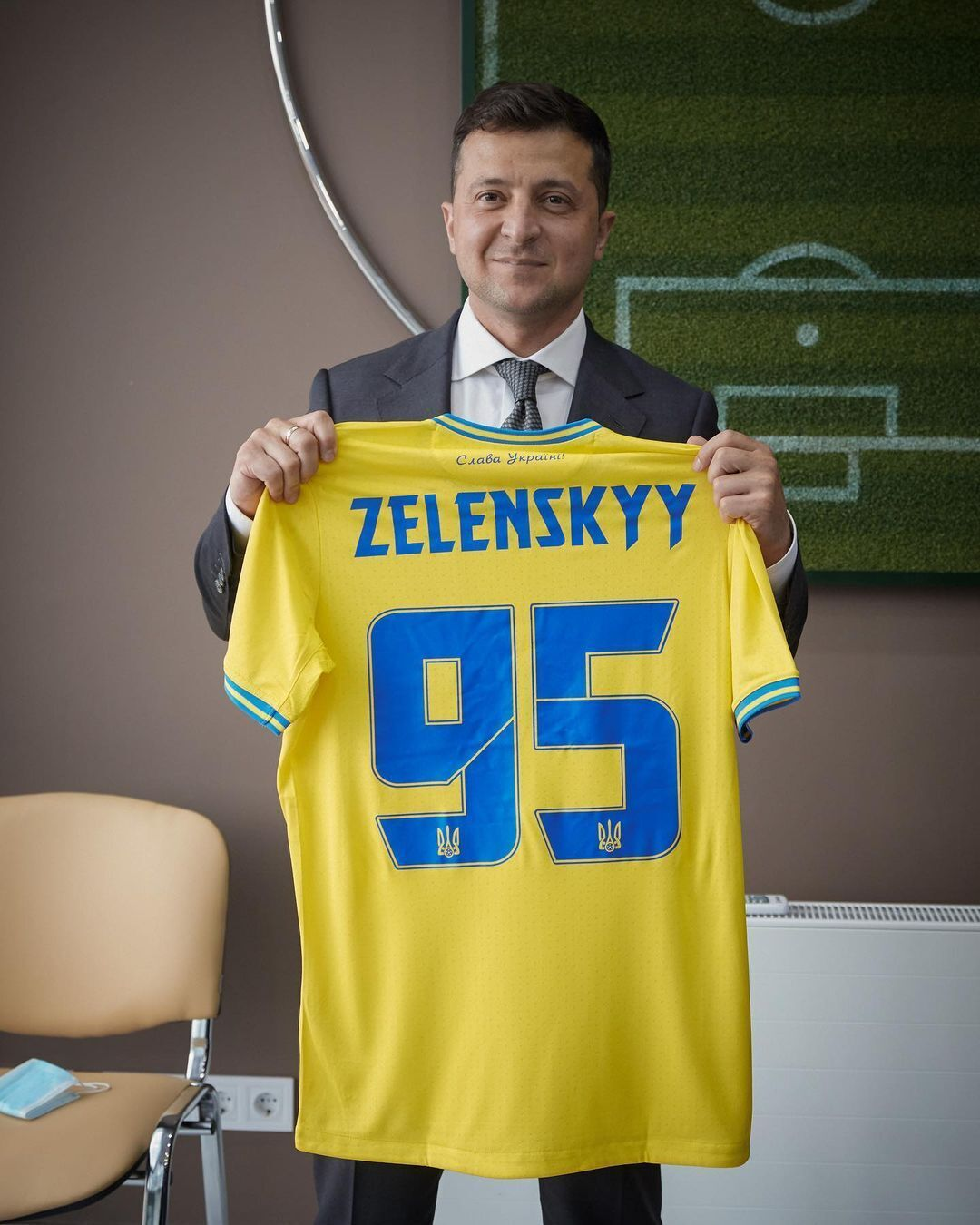 Владимир Зеленский сфотографировался с именной формой сборной Украины