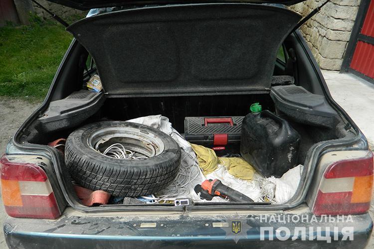 Чоловіка понад годину возили у багажнику