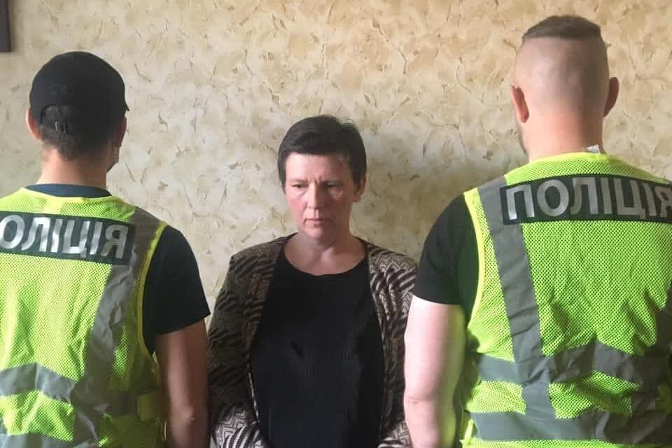 Подозреваемая после задержания полицейскими
