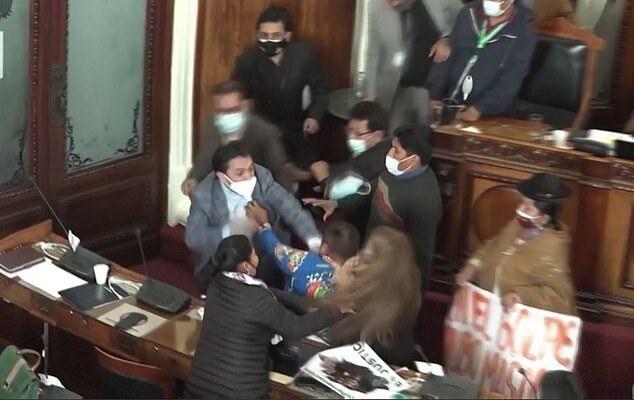 В Боливии депутаты и сенаторы устроили драку в парламенте. Фото и видео