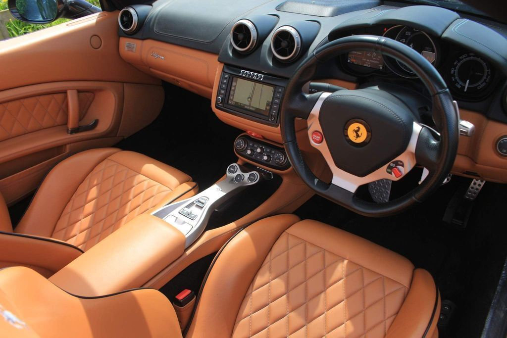 Ferrari California Х'ю Гранта має праве розташування керма