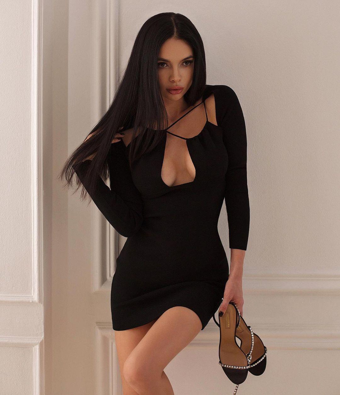 Анна Кравец в платье с декольте
