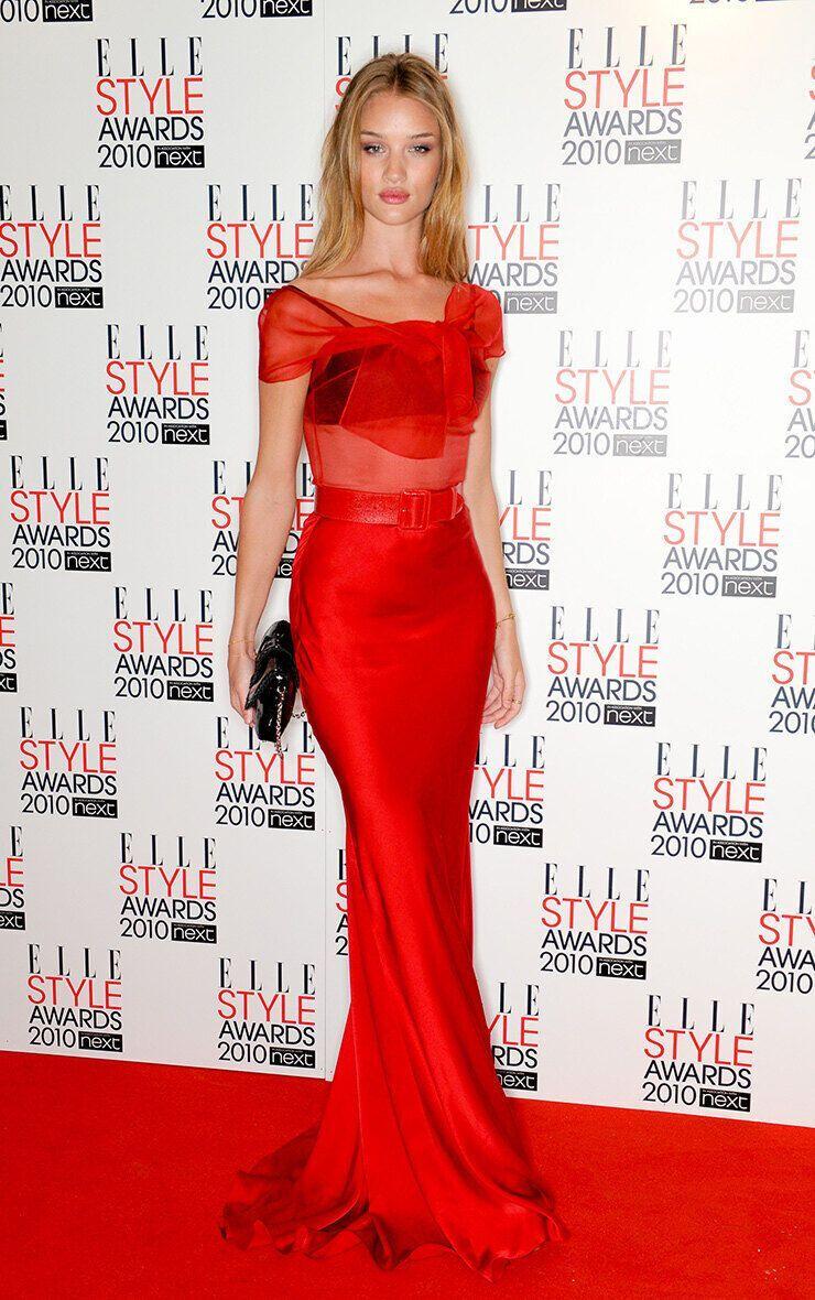 Роузи Хантингтон-Уайтли надела красное длинное платье с прозрачным верхом и черным бра