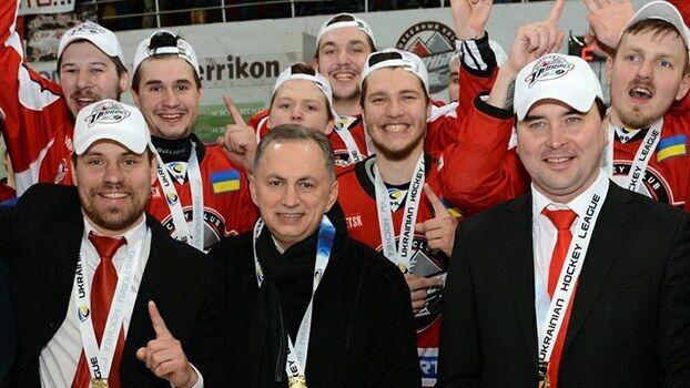 """Борис Колесников празднует чемпионство """"Донбасса""""."""