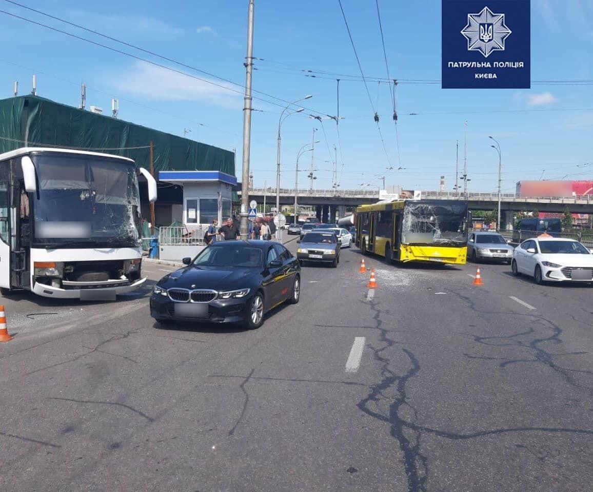У столиці сталася аварія за участю автобусів.
