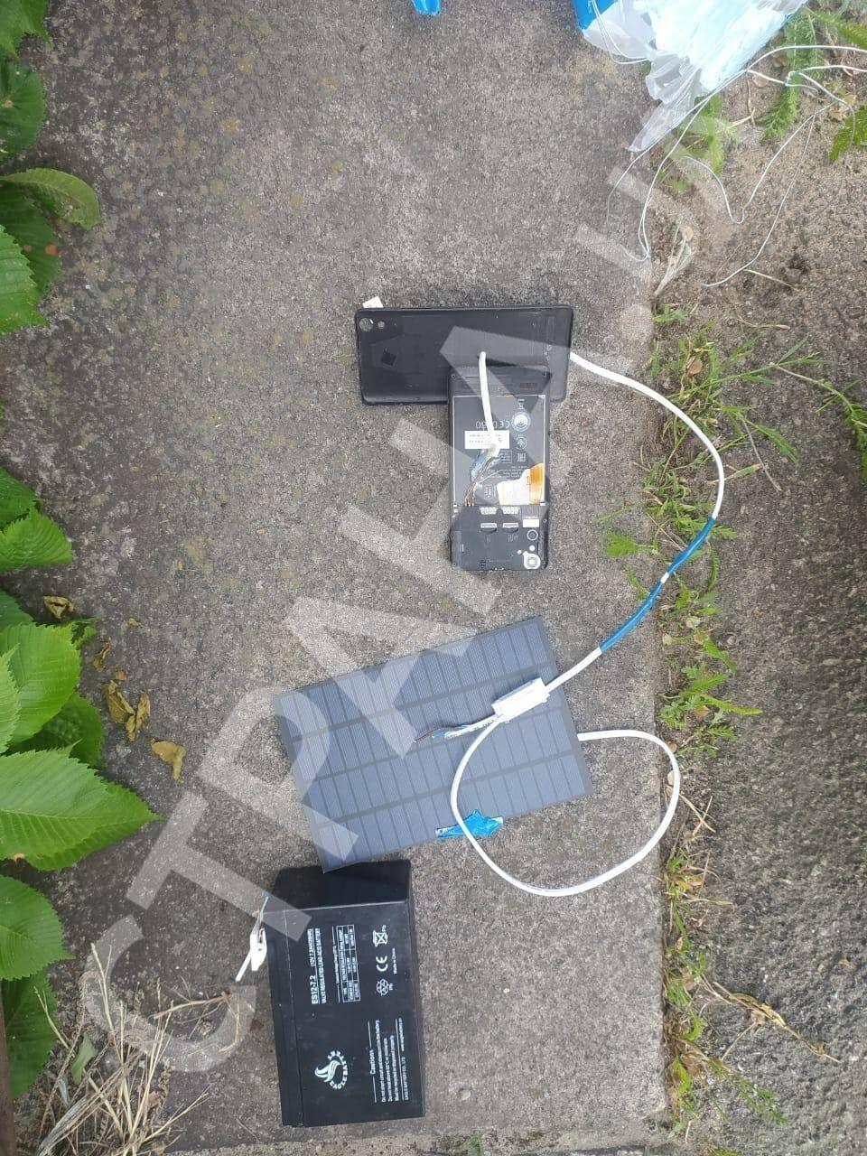 Правоохоронці знайшли телефон, з'єднаний дротами з акумулятором.